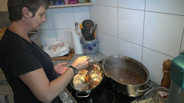 Gespickter Rindsbraten, Schmiedrueder Nudeln und Hofglace: Kochen auf der Hochrüti mit Ruedertaler Zutaten.