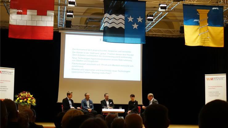 Sie sprechen über die Digitalisierung und die Auswirkungen auf ihre Betriebe: Stefan Heggli, Lukas Wild, Andy Fankhauser, Marta Kwiatkowski und Gesprächsleiter Bruno Sidler (von links). Eddy Schambron