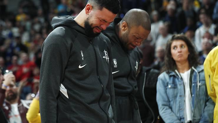 Wenn das Spiel zur Nebensache wird: Houstons Spieler Austin Rivers und P.J. Tucker trauern vor dem Spiel in Denver um Kobe Bryant