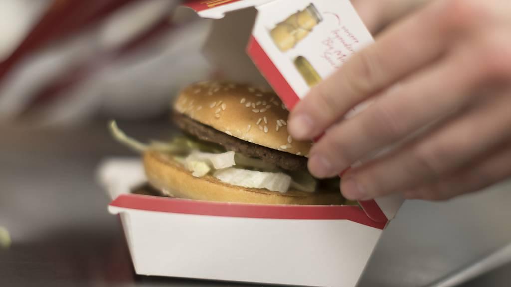 Bei McDonald's gehen wieder mehr Burger über den Tresen. (Archivbild)