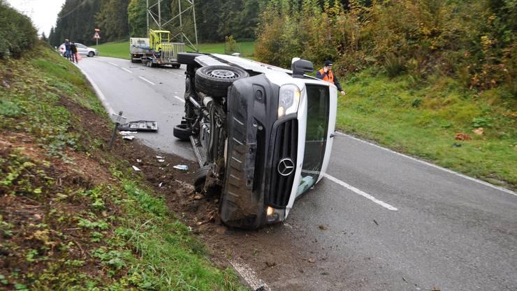 Däniken SO, 17.Oktober: Nach einer Streifkollision mit einem Lieferwagen mit Anhänger, kippte ein weisser Lieferwagen auf die Seite. Der Lenker verletzte sich leicht.