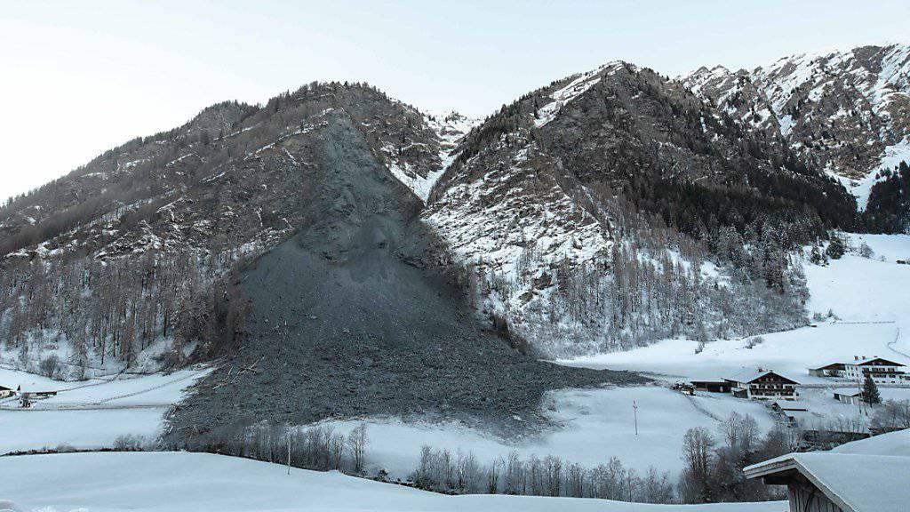 Nach einem gewaltigen Felssturz in Österreich bleiben bis zu 80 Talbewohner voraussichtlich mindestens zwei Tage von der Aussenwelt abgeschnitten. Geröll und Erdreich waren an Heiligabend in der Gemeinde Vals 40 Kilometer südlich von Innsbruck tonnenweise niedergegangen.