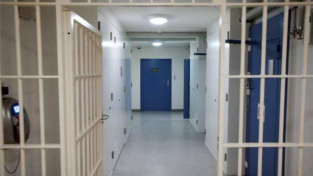 Notbetten und Mehrfach-Belegungen: Den Nordwestschweizer Gefängnissen fehlt der Platz. Foto: Emanuel Freudiger