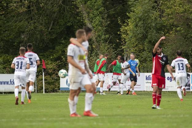 Chiassos Patrick Carvalho, Mitte, bejubelt seinen Treffer zum 0:2.