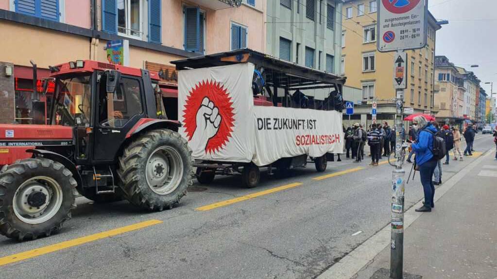 Ein kurzer Demo-Zug zog am Samstag, 1. Mai, unter anderem durch die Zürcher Langstrasse.