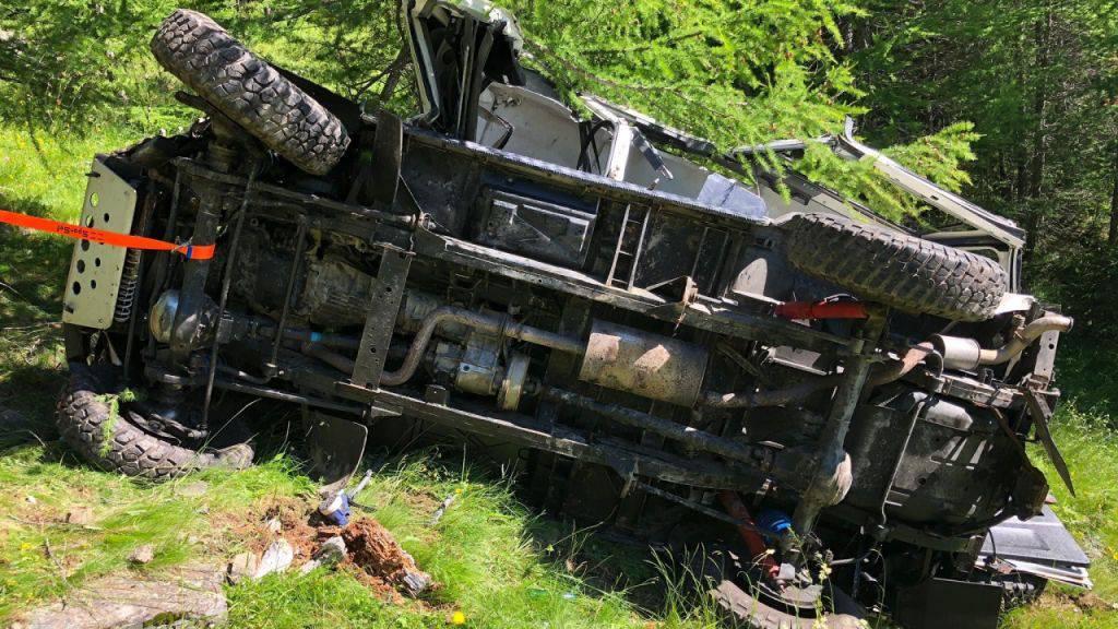 Der Geländewagen rutschte auf einer steilen Böschung ab, überschlug sich mehrmals und kam nach etwa 85 Metern an einem Baum zum Stillstand.