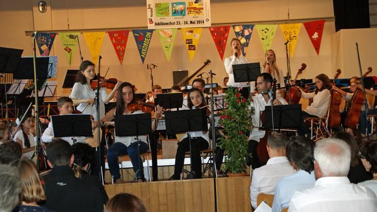 Das Gesamtorchester der Musikschule spielte an einem Jubiläumskonzert Musik aus mehreren Jahrhunderten