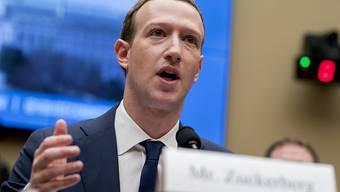Nach dem Kurssturz der Facebook-Aktie hat Unternehmenschef Mark Zuckerberg die Klage mindestens eines Anlegers am Hals. (Archivbild)