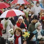Belarussische Frauen mit Regenschirmen in den Farben der alten belarussischen Nationalflagge. Foto: -/AP/dpa