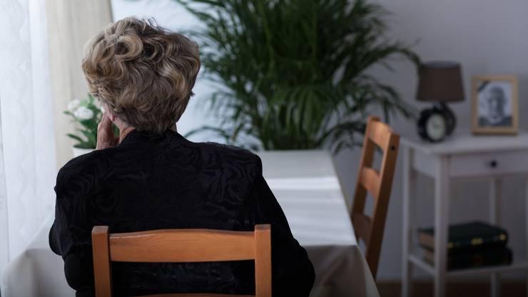 Eine der jungen Frauen soll die Seniorin zu einer Massage gedrängt haben, während sich die zweite in der Wohnung umsah. (Symbolbild)