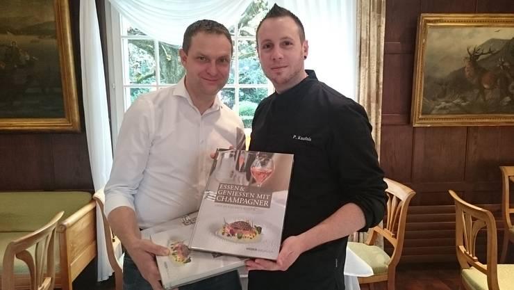 Gastgeber Christoph Bohren und Küchenchef Pierre Kaufeis mit dem neuen Buch «Essen & Geniessen mit Champagner»