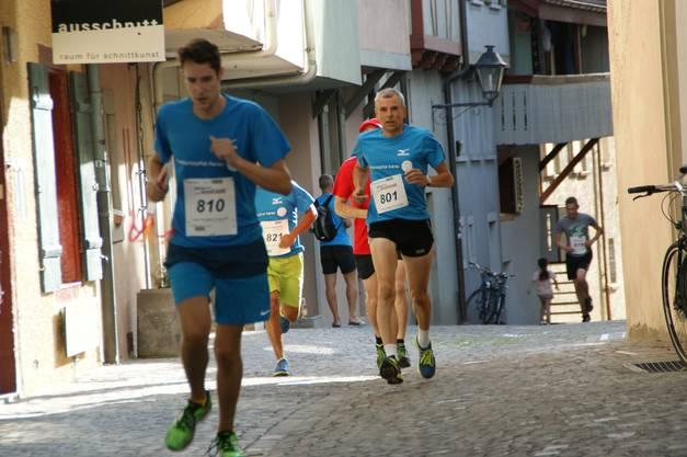 Die Steigung ist geschafft, die Läufer können wieder etwas aufatmen