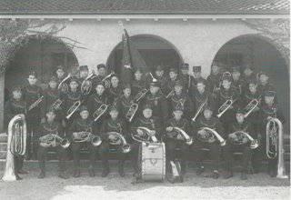 Der Verein 1952 vor der Kirche um die neue Fahne gruppiert.