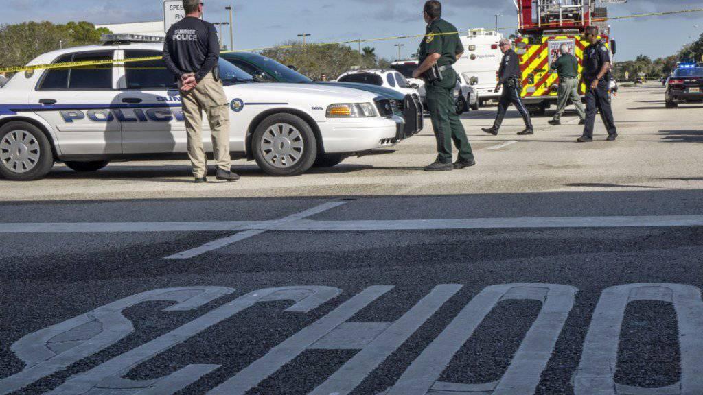 Während des Massakers an der Schule in Parkland im US-Bundesstaat Florida soll ein bewaffneter Hilfspolizist draussen abgewartet statt eingegriffen haben. (Archivbild)