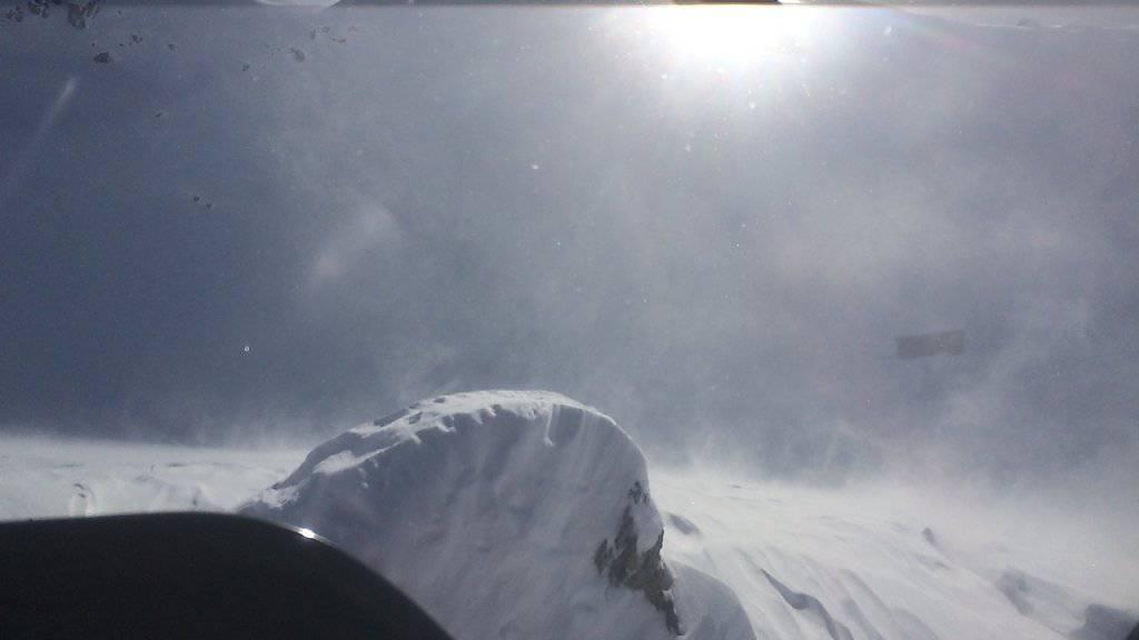 Die Jagdhütte ist kaum zu erkennen. Aber sie rettete dem verirrten Snowboarder das Leben.