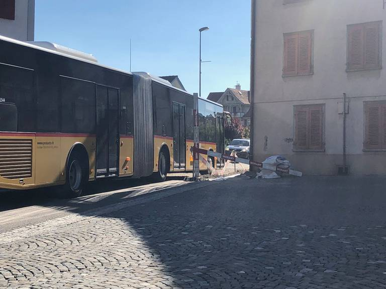 Ein Postauto auf dem Weg Richtung St.Gallen durchquert die Baustelle (Bild: FM1Today/Marc Hanimann).
