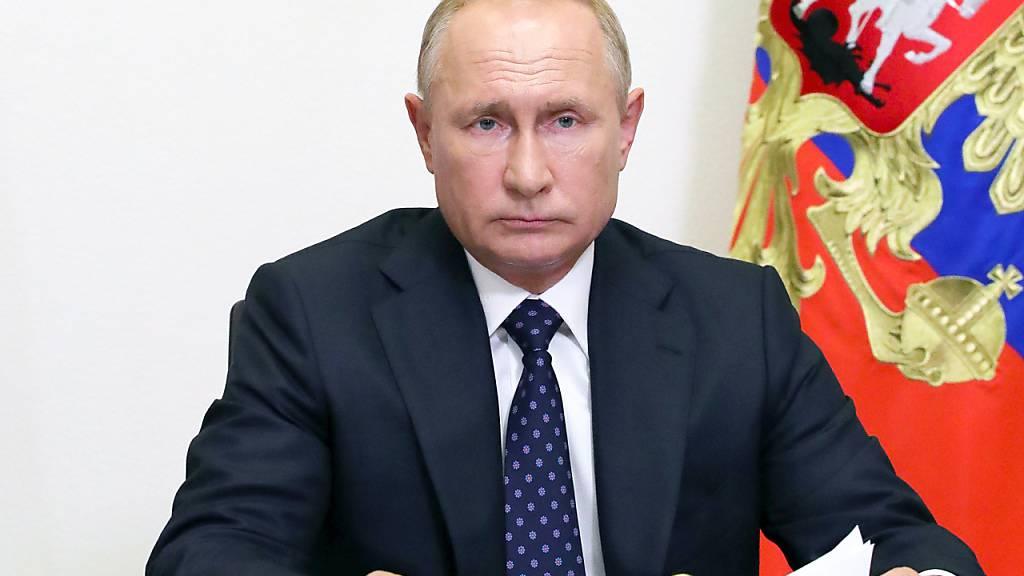 dpatopbilder - HANDOUT - Präsident Wladimir Putin am Mittwoch während einer Sitzung des Kabinetts. Foto: Mikhail Klimentyev/Pool Sputnik Kremlin/AP/dpa - ACHTUNG: Nur zur redaktionellen Verwendung und nur mit vollständiger Nennung des vorstehenden Credits