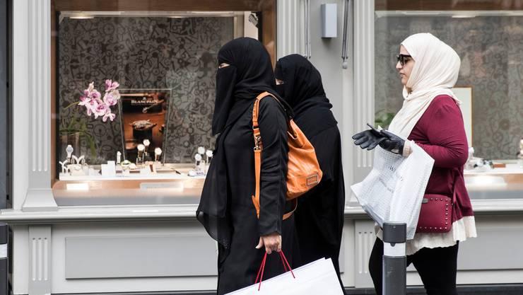 Der Körper ist gänzlich verhüllt: Touristinnen aus Saudi-Arabien im Berner Oberland.