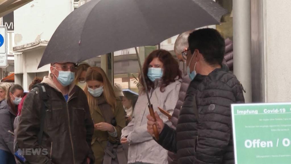 Riesen Warteschlange vor Bieler Praxis: Arzt will alle impfen und erntet dafür Kritik