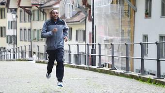Kadi Nesero rennt die Halde hinauf. Samuel Schumacher