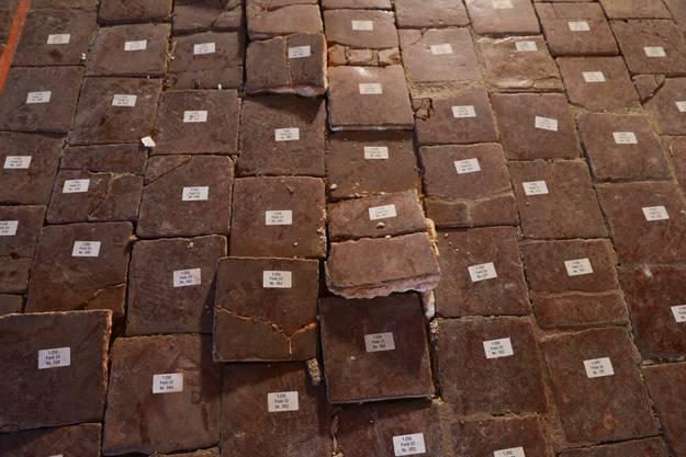 Die Bodenplatten werden säuberlich durchnummeriert.