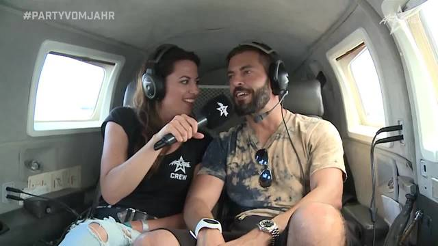 Ramona fliegt mit Bligg übers Birrfeld, obwohl er Höhenangst hat