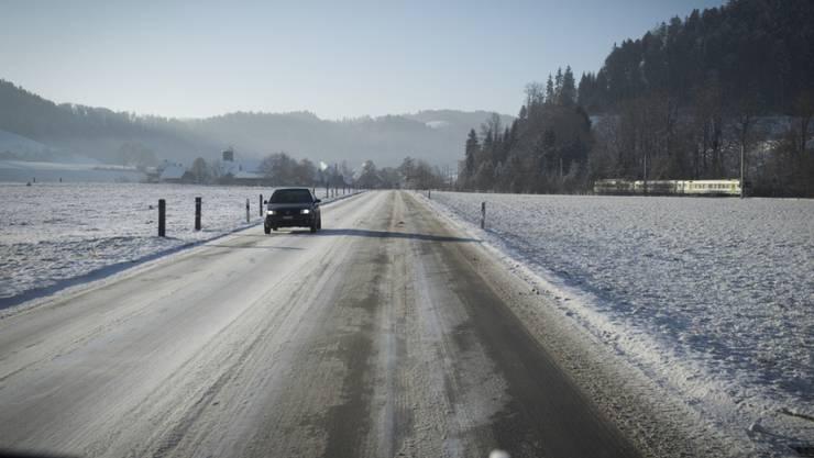 Vereiste und verschneite Strassen haben in der Schweiz zu zahlreichen Verkehrsunfällen geführt. (Symbolbild)