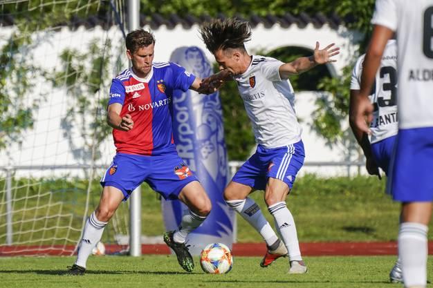 Fabian Frei und Valentin Stocker im Zweikampf.