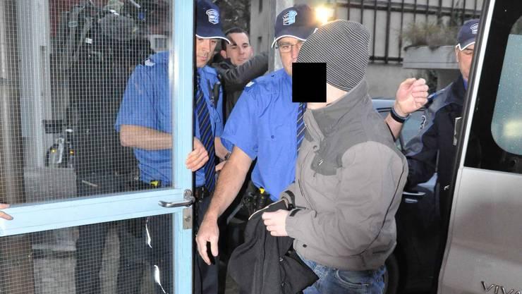 T.B., der Aarauer Dirnenmörder, im November 2011 auf dem Weg ins Gericht (Archiv)