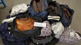 Grenzwächter fanden am 9. November im St. Galler Rheintal in einem Lieferwagen 987 Kilogramm geschmuggeltes Fleisch sowie Frischkäse, Spirituosen und Zigaretten. Drei Serben hatten damit die Grenze in Schmitter SG passiert.