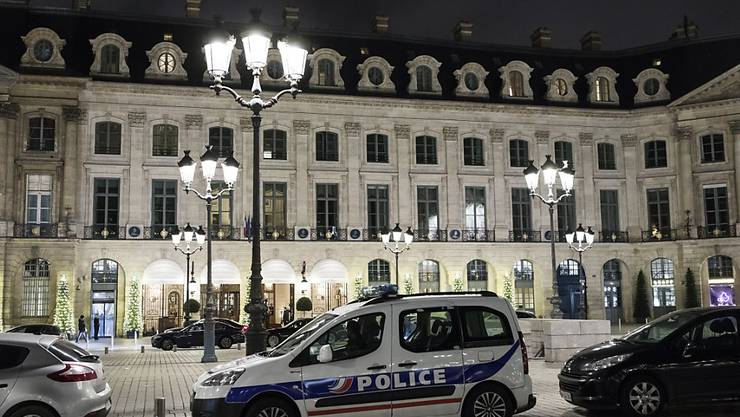 Bei einem Überfall im Pariser Luxushotel Ritz haben bewaffnete Räuber Schmuck im Wert von mehreren Millionen Euro erbeutet. Die Polizei konnte drei der Räuber festnehmen. Den beiden anderen gelang zunächst die Flucht.