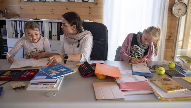 Kinderbetreuung und Homeschooling, beides ist kaum zu schaffen - besonders Frauen waren davon in der Corona-Zeit betroffen. (Symbolbild).