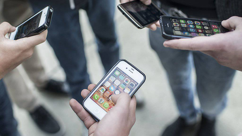 Jugendliche nutzen heutzutage bereits im frühen Alter Smartphones.