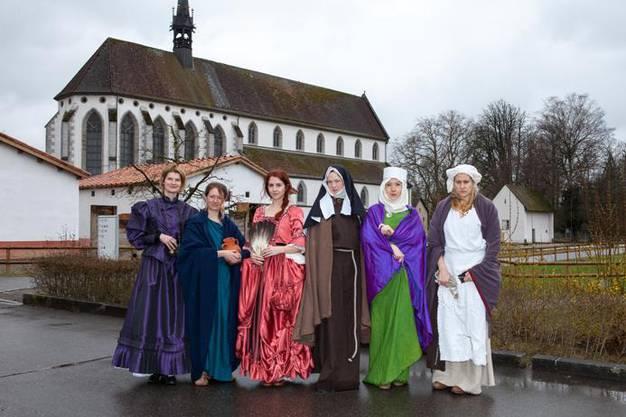 Frauenjahr bei Museum Aargau, sechs Frauen erzaehlen Geschichten, szenische Frauen-Fahrt als Medienkonferenz an historischen Orten im Kanton Aargau am 19