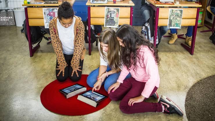 Digitalisierung in der Schule wirft Fragen auf: Wie viele mobile Geräte – hier iPads im Einsatz im Schulhaus Rigiacher in Buchs – braucht es pro Klasse?