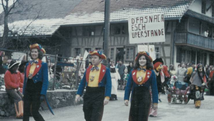 1974 feierte die neu gegründete Hächle-Zunft die Auferstehung der Hägglinger Fasnacht mit ihrem allerersten Umzug. Bildmitte: Alt Gemeindeammann Marcel Geissmann. zvg