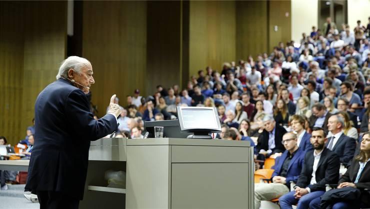 Joseph Blatter spricht an der Universität Basel. Später deutet er an, betreffend des Fifa-Skandals auch in den USA aussagen zu wollen.Reuters