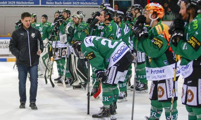 Enttäuschung beim EHCO-Trainer und den Spielern nach der 0:3-Niederlage gegen Langenthal.