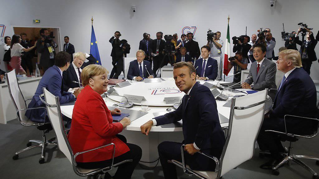 Die deutsche Bundeskanzlerin Angela Merkel (l.), Frankreichs Premierminister Emmanuel Macron (2. v. l.), US-Präsident Donald Trump (r.) und Japans Premierminister Shinzo Abe (2. v. r.) am G7-Gipfel in Biarritz.