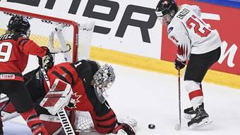 Ein Bild mit Seltenheitswert: Oft taucht die Schweiz, hier Rahel Enzler, zum Auftakt der WM nämlich nicht vor dem kanadischen Tor auf