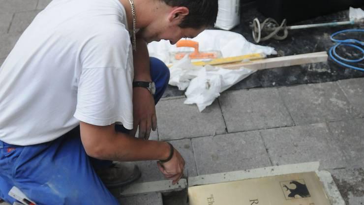 Für die Ewigkeit: Bereits gestern Nachmittag wurde die Ehrentafel für Roger Federer in den Boden vor dem Hotel Basel verankert. heinz dürrenberger