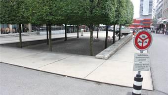 Ein Sandkasten ist unter dem Baumdach geplant.