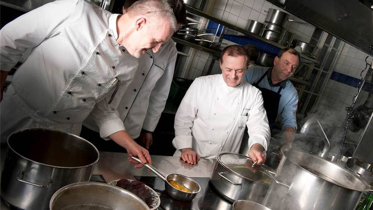 Jörg Slaschek (Zweiter von rechts) bei der Arbeit in der Küche seines Sterne-Restaurants Attisholz bei Solothurn.