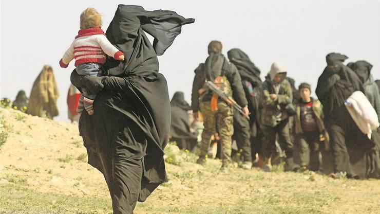 Angehörige von IS-Kämpfern verlassen Baghus, die letzte Bastion der Terrormiliz in Syrien.Delil Souleiman/AFP