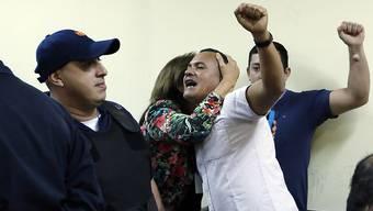 Einer der angeklagten Landarbeiter begrüsst Unterstützer im Gericht, bevor das Urteil gegen ihn gesprochen wird.