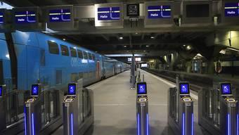 Auch in den U-Bahn-Stationen von Paris liess sich kaum jemand blicken.  (AP Photo/Michel Euler)