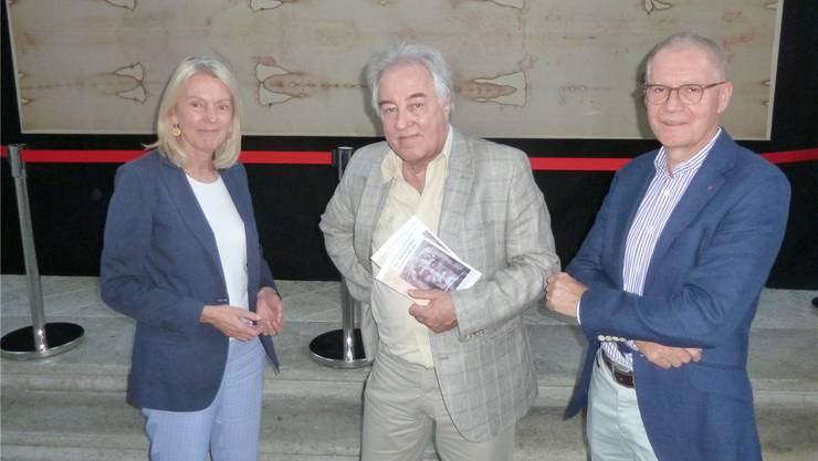 Helene und Marquard Imfeld vom Verein Sindone und Ausstellungsmacher Markus Hungerbühler (Mitte) haben die Ausstellung zum geheimnisumwitterten Turiner Grabtuch in die Peterskapelle in Solothurn gebracht.