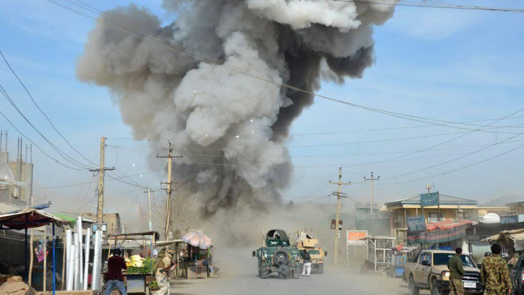 Rauch steigt auf, wo sich ein Taliban-Selbstmordattentäter in Kundus in die Luft gesprengt hat. Weite Teile der Stadt sollen bereits in die Hände der islamistischen Aufständischen gefallen sein (Archiv).