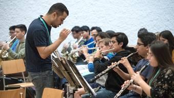Jugendliche aus Peru und der Schweiz im Music Camp des Lucerne Festival. Probe im Pfarreisaal bei der Hofkirche.