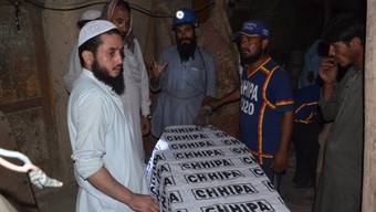 Tote nach Einsturz in Bergwerk in Pakistan: Rettungskräfte bergen ein Opfer aus dem Innern der Kohlemine.